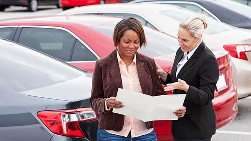 銷售人員正在向客戶展示TD汽車貸款手冊。